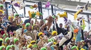 Solidaridad en las gradas de un estadio de fútbol holandés
